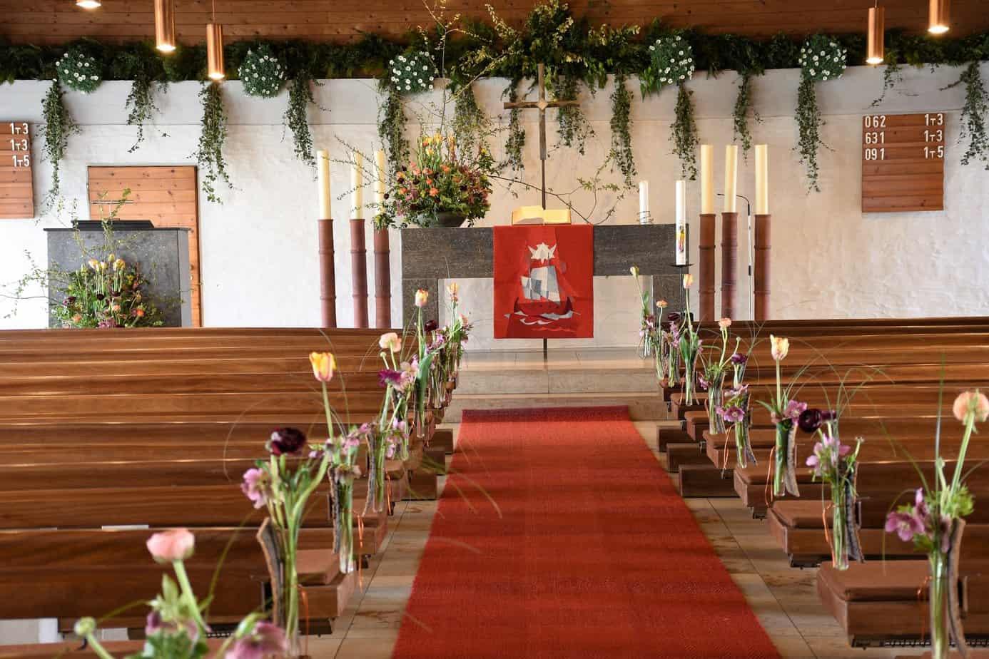 Kirchenschmuck lechner floristik for Dekoration hochzeit kirche
